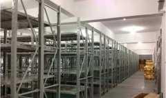 新仓库的服装货架安装完毕